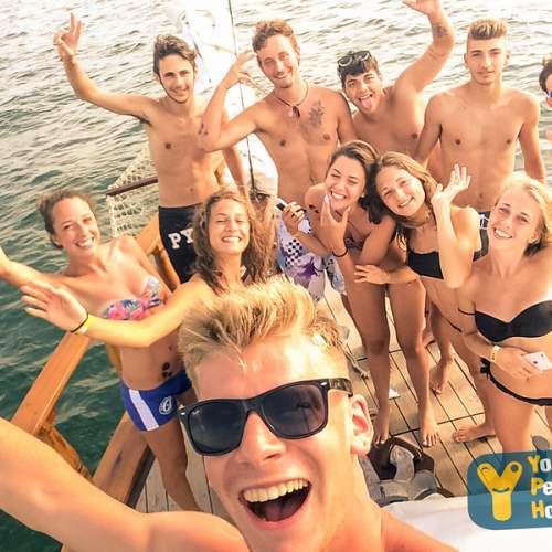 ragazzi in barca a vela
