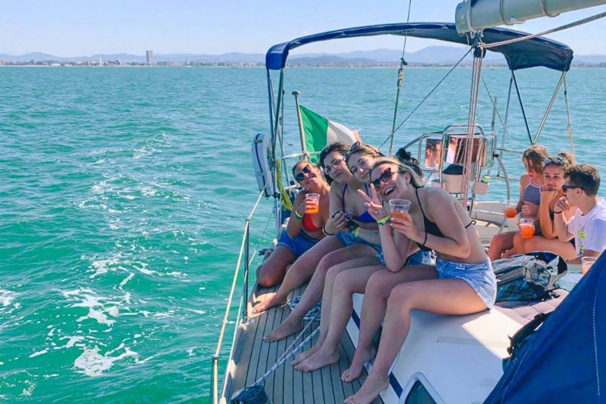 ragazze gita in barca vela